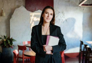 Hostess el perfil profesional de vuelta en los restaurantes